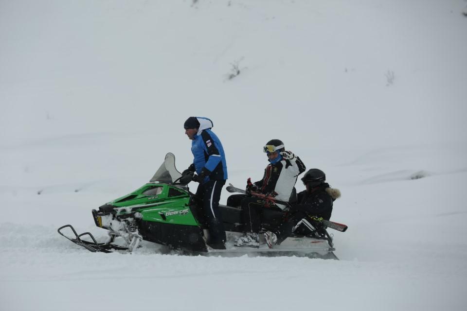 Анатолий Бибилов посетил соревнования по лыжным гонкам и катанию на сноуборде
