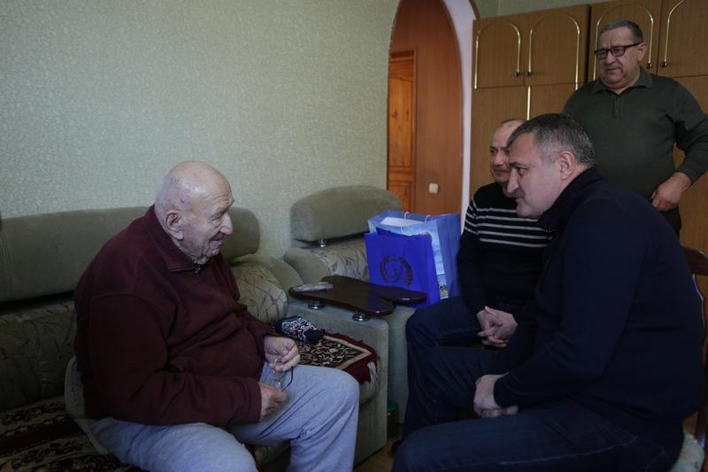 Анатолий Бибилов вручил ветерану ВОВ Виссариону Гергаулову памятный знак «75 лет Победы в Сталинградской битве»