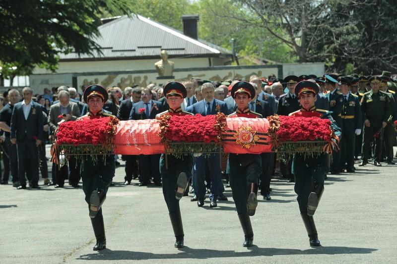 Церемония возложения Гирлянды Славы к обелиску на Аллее Славы в Цхинвале