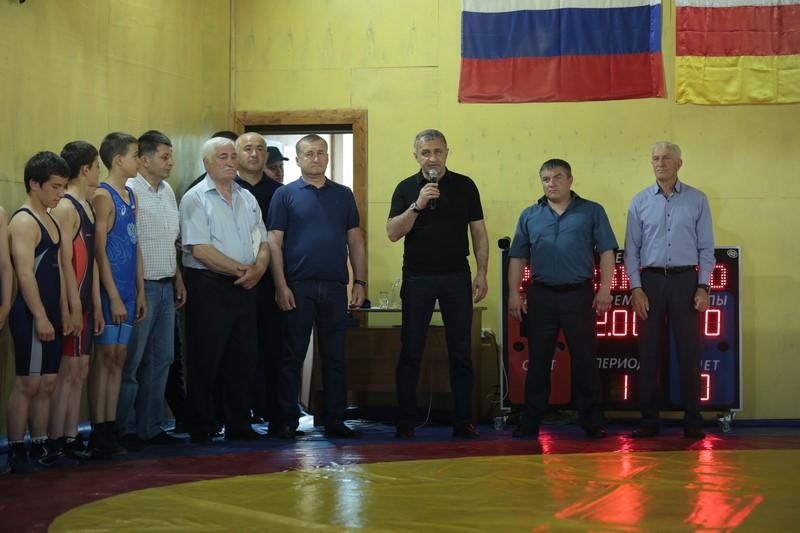 Анатолий Бибилов посетил открытый турнир Дзауского района по вольной борьбе