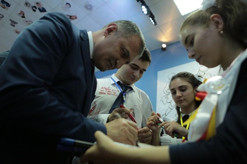Анатолий Бибилов поздравил выпускников с окончанием школы