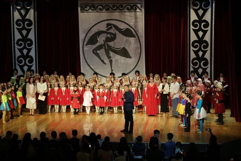 Анатолий Бибилов поздравил ансамбль «Кафт» с очередной победой