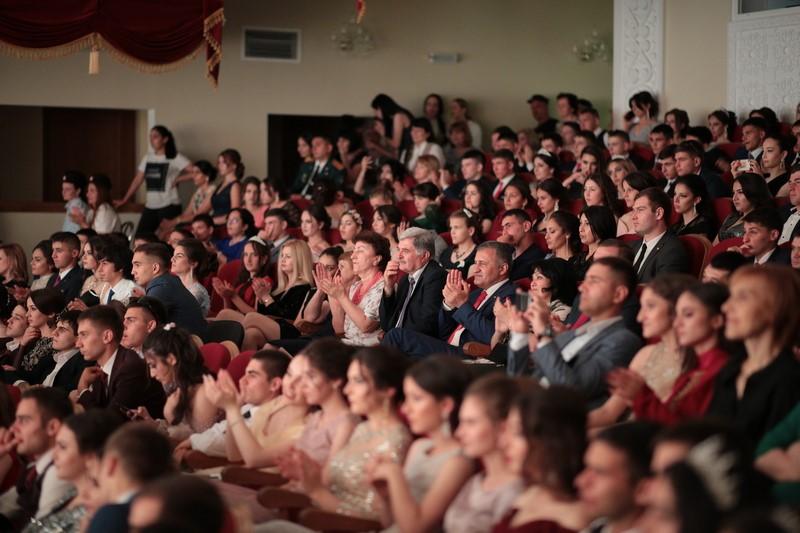 Анатолий Бибилов посетил бал выпускников