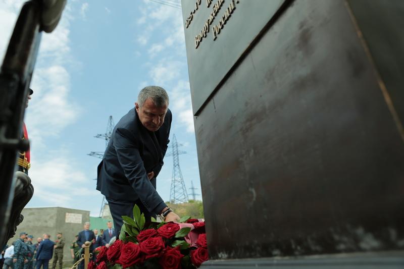 Церемония возложения венков и цветов к памятникам защитникам Отечества