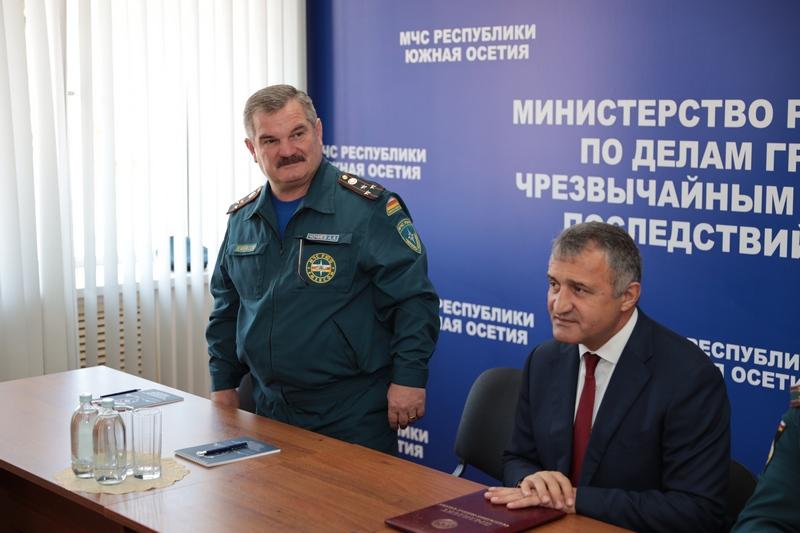 Анатолий Бибилов представил коллективу МЧС нового руководителя