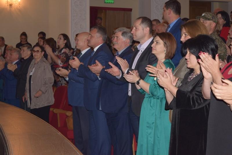 Анатолий Бибилов посетил премьеру спектакля «Афхардты Хасана»