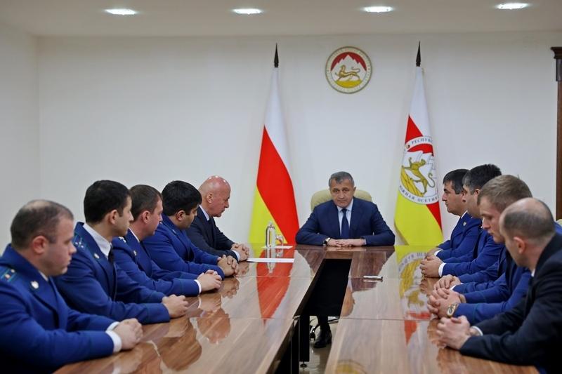 Анатолий Бибилов наградил отличившихся сотрудников Генеральной прокуратуры