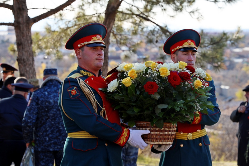 Анатолий Бибилов возложил цветы к мемориалу мужества и народного единства