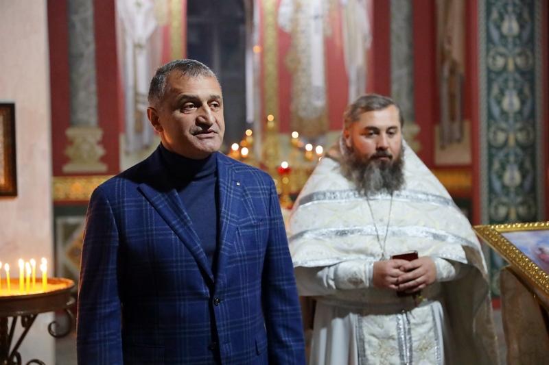 Анатолий Бибилов поздравил православных христиан со светлым праздником Крещения Господня