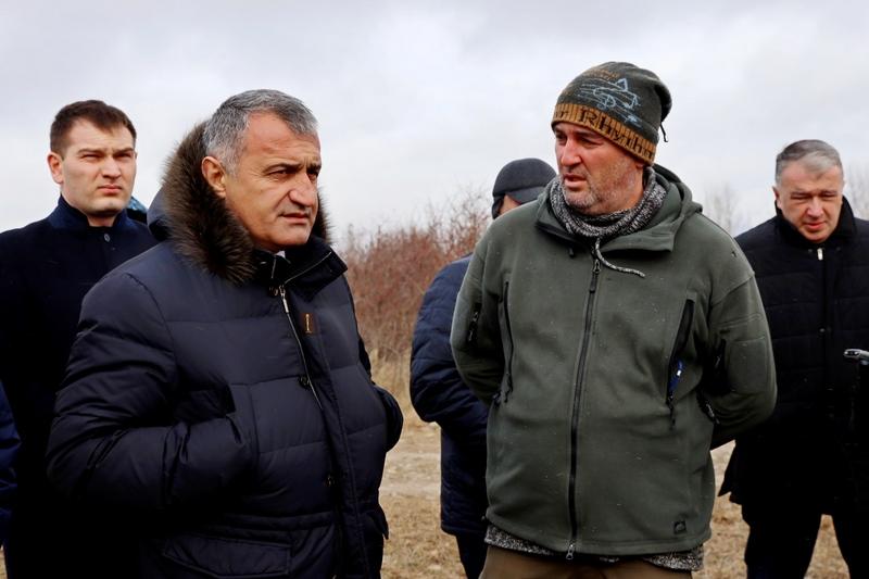Анатолий Бибилов осмотрел ореховые сады в Знаурском районе