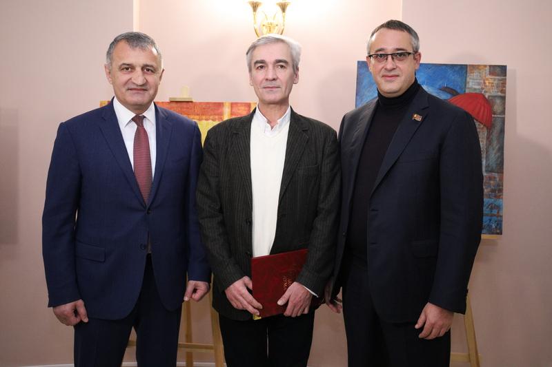 Анатолий Бибилов принял участие в открытии выставки картин Владимира Гобозова