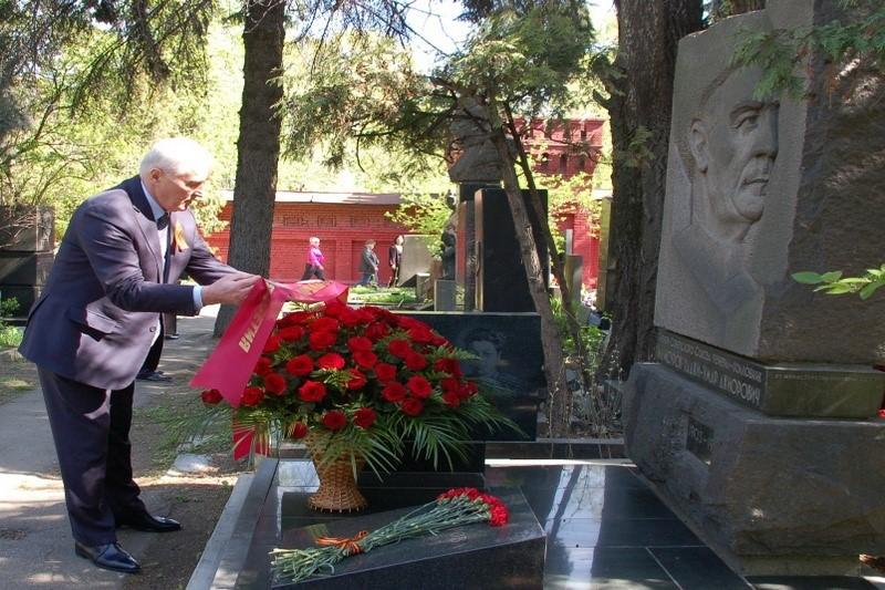 Церемония возложения цветов на Новодевичьем кладбище в Москве