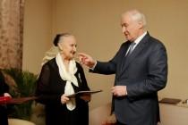 8. Леонид Тибилов поздравил Людмилу Галаванову с 80-летним юбилеем