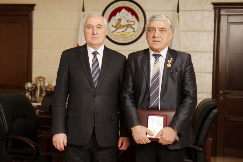 Леонид Тибилов поздравил Константина Пухаева с 65-летним юбилеем