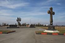 2. Церемония возложения венков и цветов к памятнику жертвам Бесланской трагедии в «Городе ангелов»