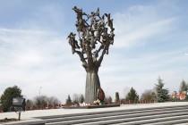 8. Церемония возложения венков и цветов к памятнику жертвам Бесланской трагедии в «Городе ангелов»