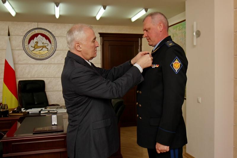 Леонид Тибилов наградил Орденом Дружбы Валерия Меркурьева