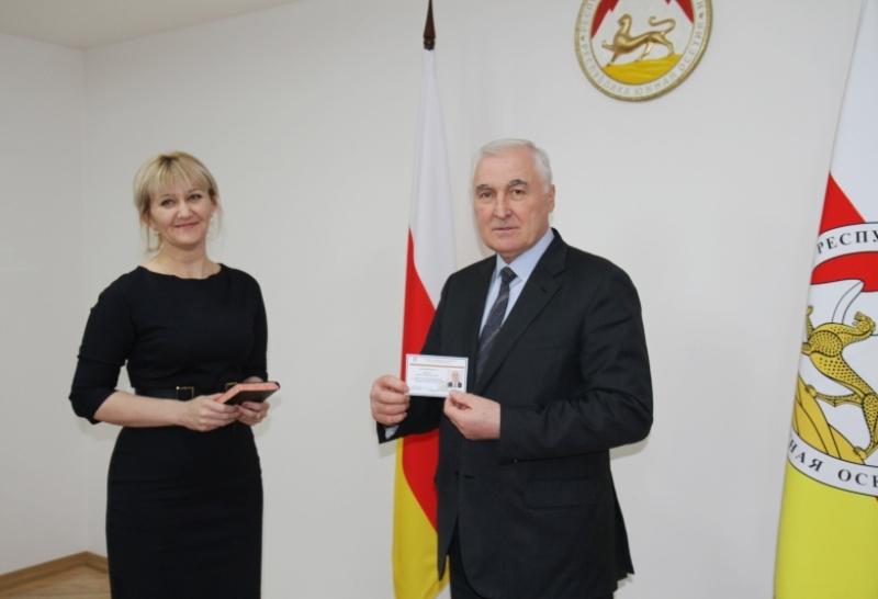 Леонид Тибилов получил удостоверение кандидата в Президенты Республики Южная Осетия