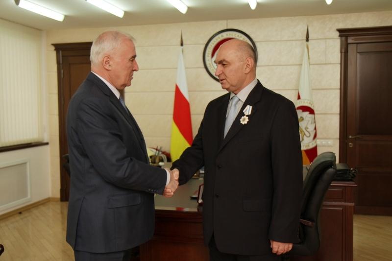 Леонид Тибилов наградил Орденом Дружбы Генерального директора БТК-4 Казбека Кочиева
