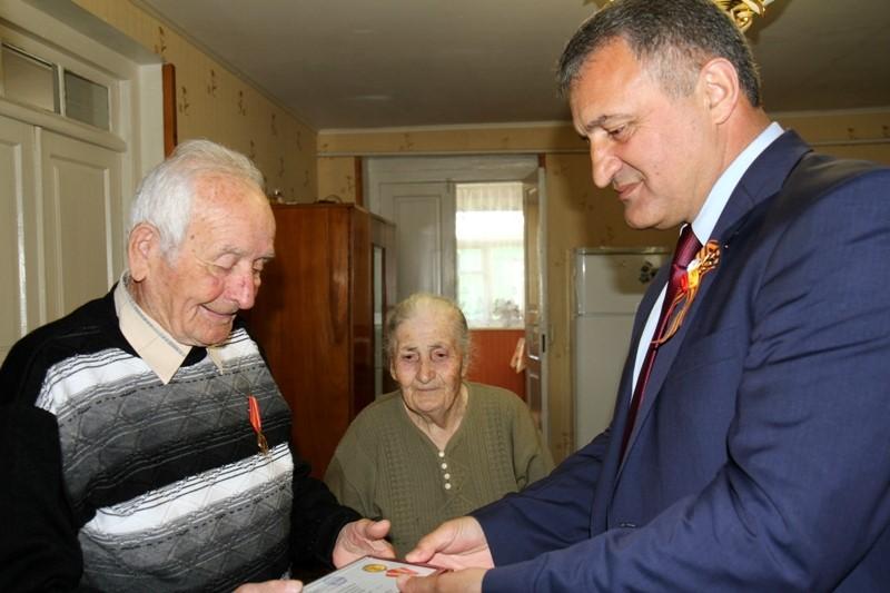 Анатолий Бибилов вручил ветеранам Великой Отечественной войны медали «Защитнику Отечества»