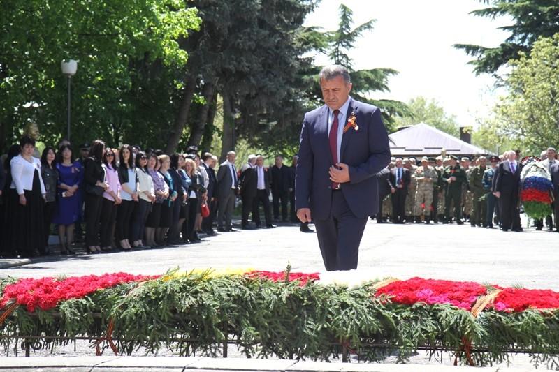 Анатолий Бибилов возложил Гирлянду Славы к обелиску на Аллее Славы