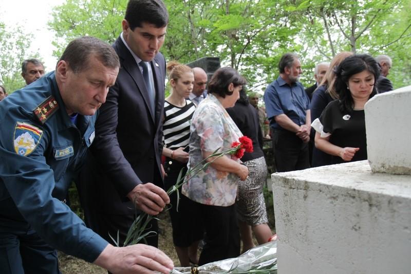 Церемония возложения венков и цветов к памятнику 13 коммунарам