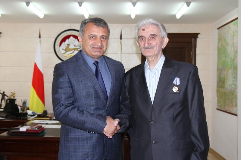 Анатолий Бибилов наградил Орденом Почета Алихана Кокоева