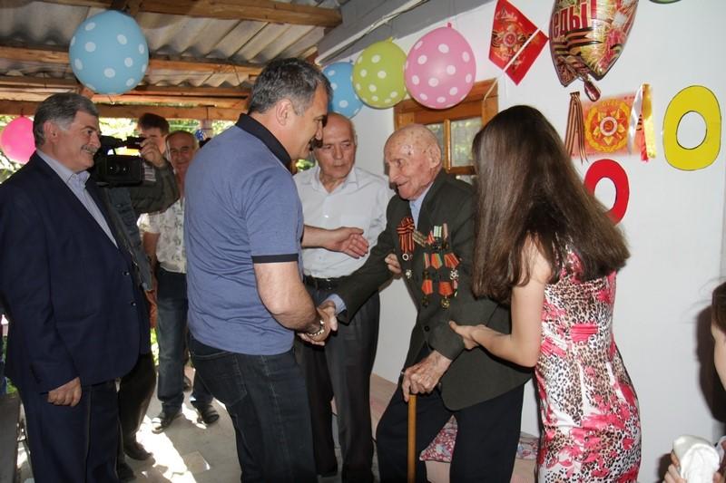 Анатолий Бибилов поздравил со столетним юбилеем ветерана Великой Отечественной войны Захара Гатикоева