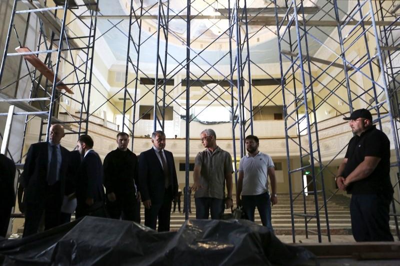 Анатолий Бибилов осмотрел строящееся здание Государственного драматического театра