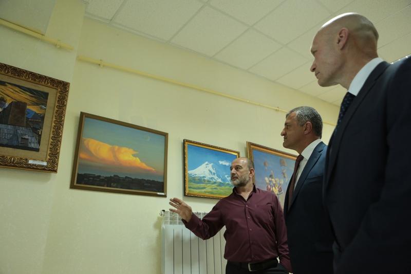 Анатолий Бибилов посетил художественную выставку «Вам, сохранившим мир!»