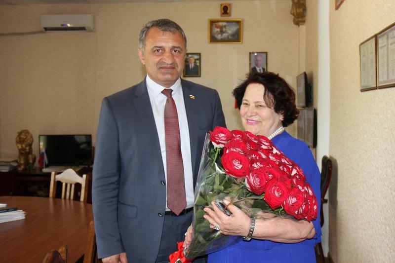 Анатолий Бибилов поздравил Зою Битарты с юбилеем
