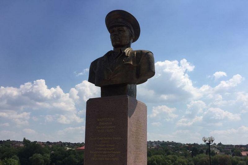 Церемония возложения цветов к памятнику Василию Маргелову в Донецке