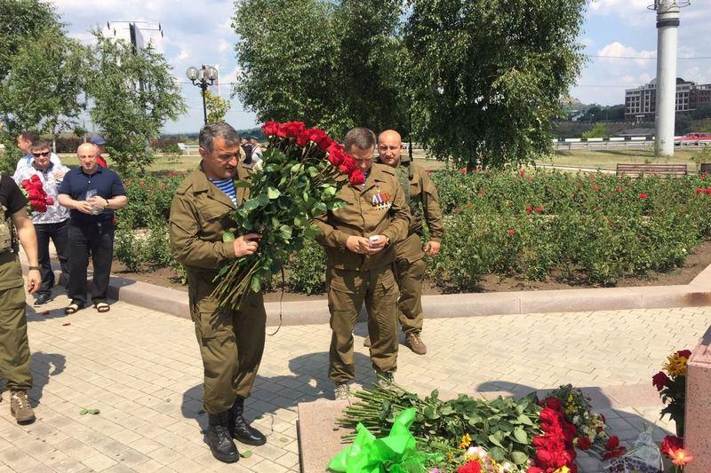 Анатолий Бибилов и Александр Захарченко возложили цветы к памятнику Василию Маргелову