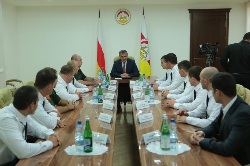 Анатолий Бибилов встретился с выпускниками военных учебных заведений