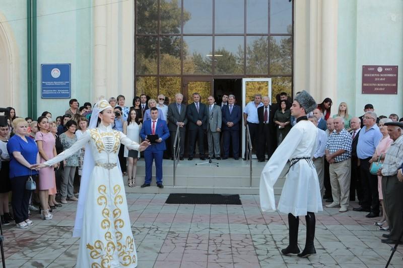 Анатолий Бибилов напутствовал студентов ЮОГУ