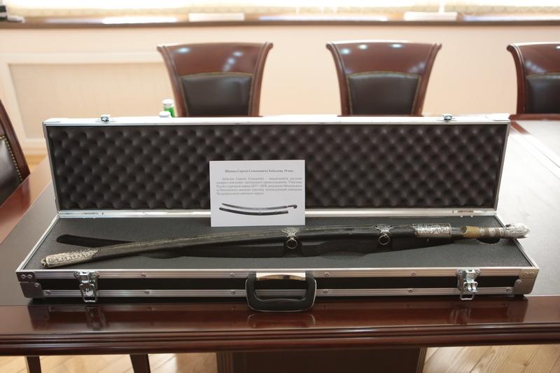 Анатолий Бибилов передал Национальному музею Южной Осетии подарки Президента Российской Федерации