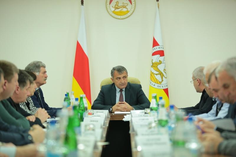 Анатолий Бибилов поручил подрядчикам увеличить темпы строительных работ