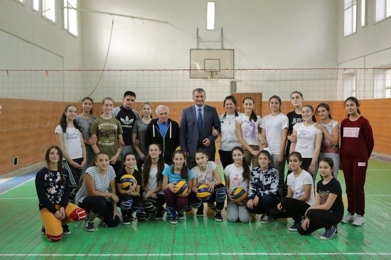 Анатолий Бибилов напутствовал югоосетинскую сборную по волейболу