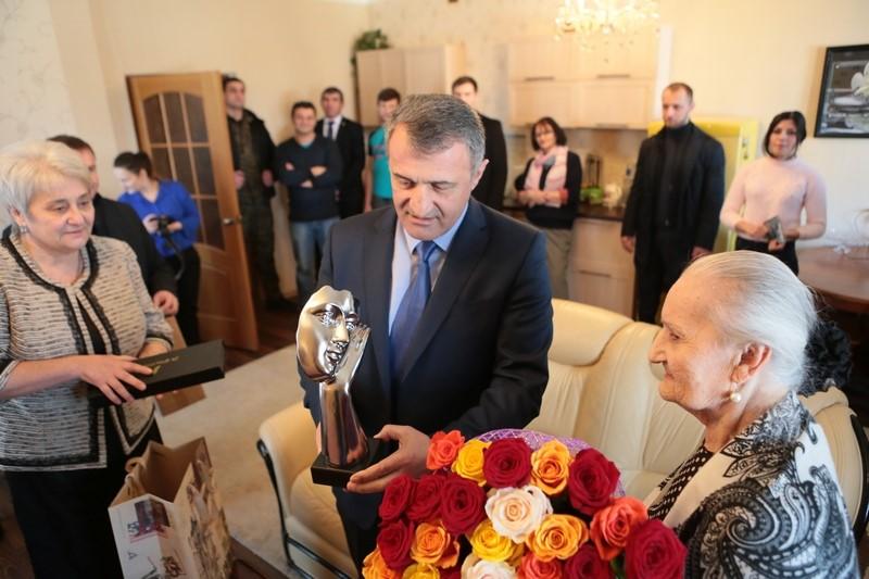 Анатолий Бибилов поздравил Народную артистку Южной Осетии Людмилу Галаванову с Днем рождения