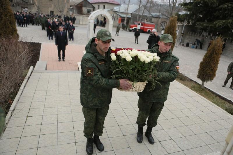 Церемония возложения венков и цветов к обелиску павшим защитникам Отечества