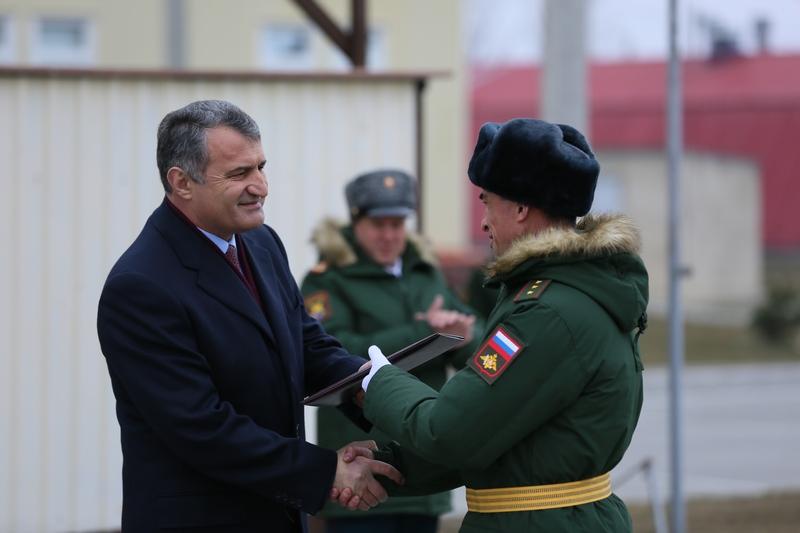 Торжественное построение военнослужащих 4-й российской военной базы по случаю празднования Дня защитника Отечества