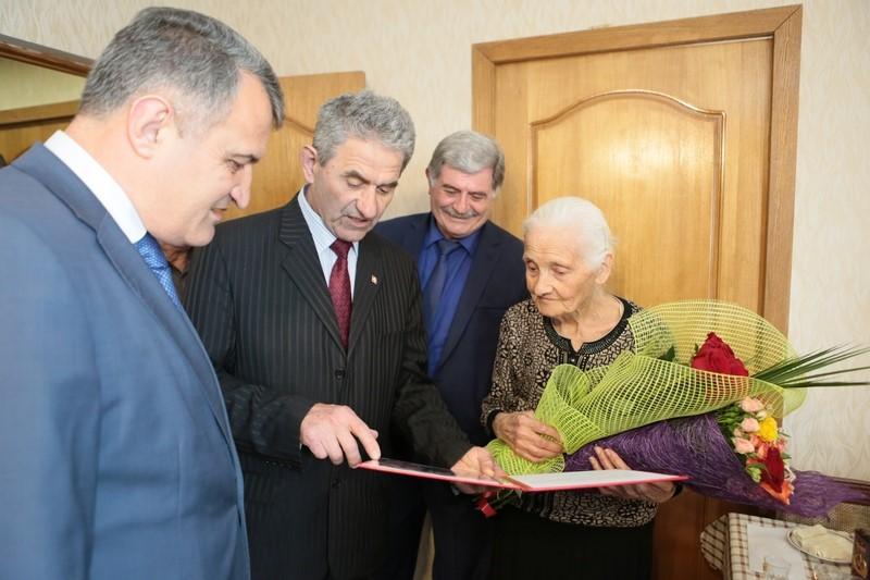 Анатолий Бибилов поздравил участницу ВОВ Любовь Нарикаеву с 95-летием