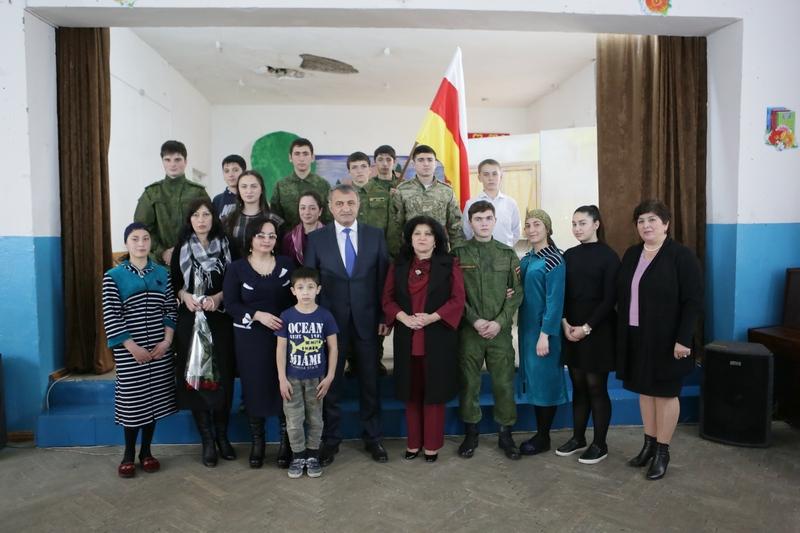 Анатолий Бибилов посетил спектакль «Дуг ивæнтæ»