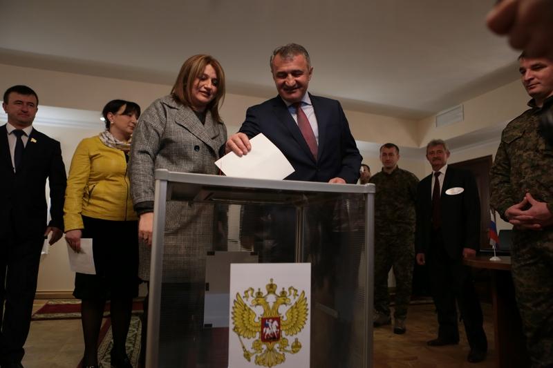 Анатолий Бибилов проголосовал на выборах Президента Российской Федерации