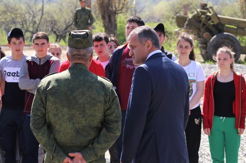 Анатолий Бибилов посетил занятия по огневой подготовке для старшеклассников