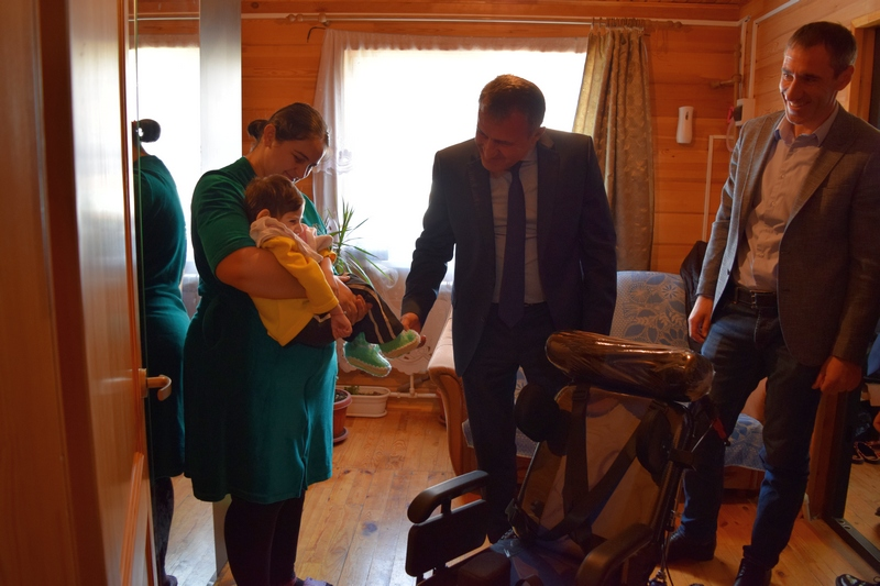 Анатолий Бибилов подарил инвалидные коляски Лане Пухаевой и Иллариону Джиоеву, страдающим церебральным параличом