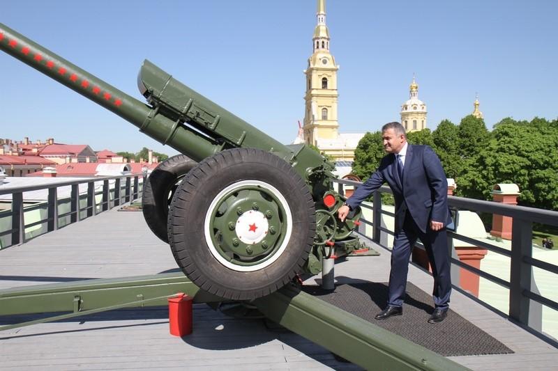 Анатолий Бибилов произвел полуденный выстрел с Нарышкина бастиона Петропавловской крепости