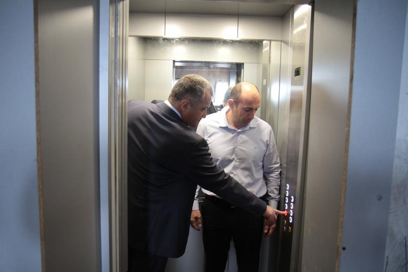 Анатолий Бибилов проверил лифты, установленные в одной из цхинвальских многоэтажек