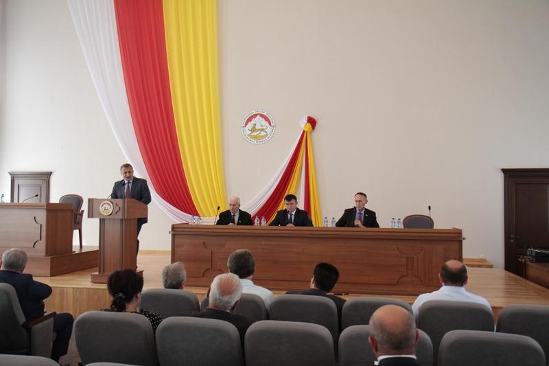 Анатолий Бибилов открыл работу первого заседания седьмой сессии Парламента