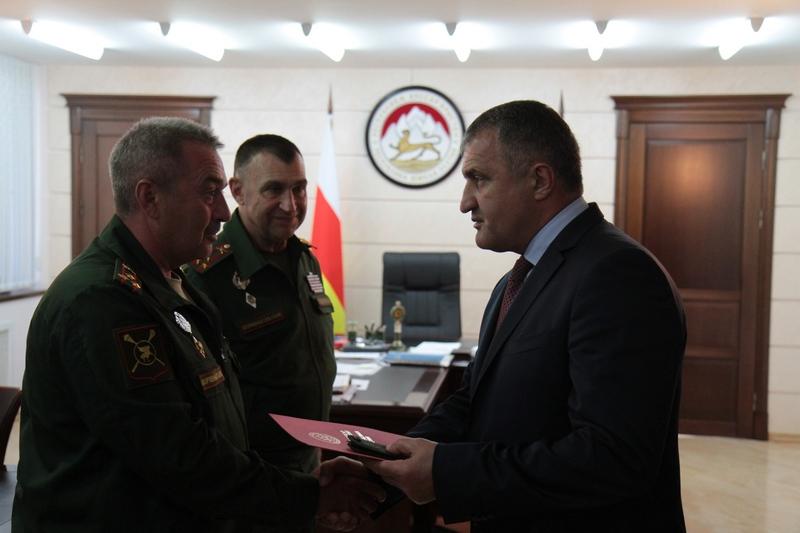 Анатолий Бибилов присвоил звания генерал-майоров Виктору Федорову и Александру Михайлову